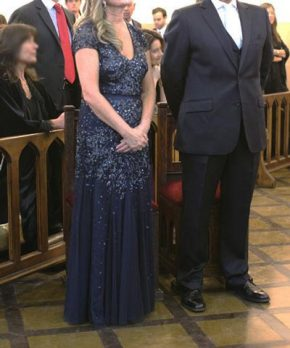 Madrina con vestido azul de tul con pedreria bordada