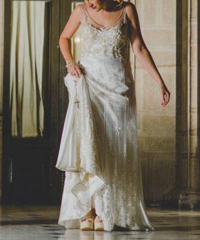 Vestido de novia de encaje bordado en tonos hueso