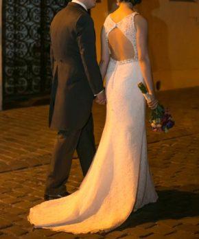 Vestido de novia con espalda abierta y transparencias