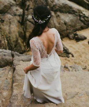Vestido de novia con espalda rebajada y mangas de encaje
