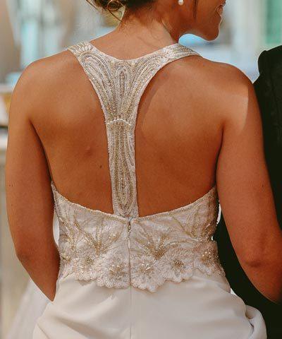 Vestido de novia con original espalda bordada