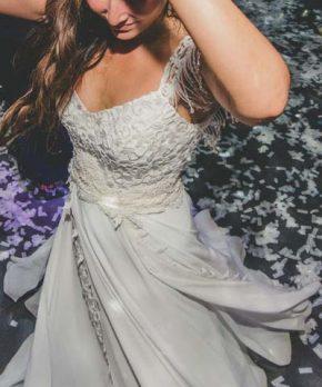 Vestido de novia con top de macrame y detalles en la pollera