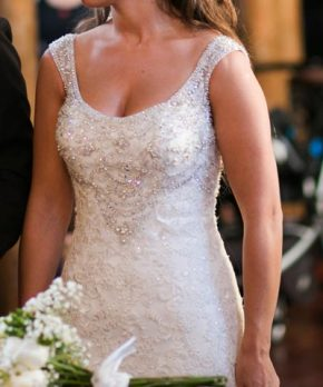 Novia con vestido bordado en pedreria en tonos plateados