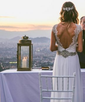 Espalda de vestido de novia en v, con encaje y pedreria en tonos plateados