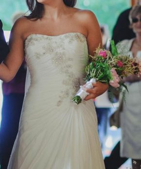Vestido de novia usado strapless con aplicaciones de pedreria