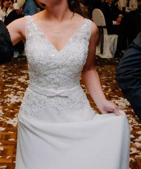 Vestido usado de novia escote en v y pedreria con lentejuelas bordadas