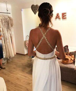Vestido de novia con espalda abuerta y tirantes de pedreria cruzados