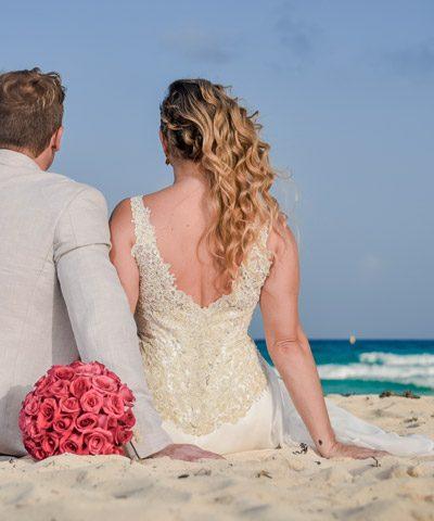 Detalle de espalda de vestido de novia abierta en v