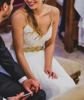 Vestido de novia con top de encaje, detalles de macrame dorado y pedrería en tirantes