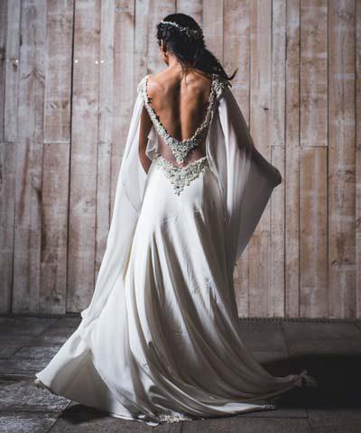 Vestido de novia con espalda rebajada y pedrería