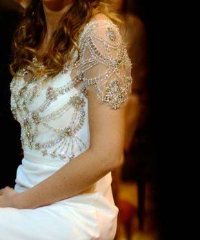 Vestido de novia con mangas y transparencias