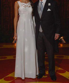 Vestido usado de novia con corte en la cintura y escote alto