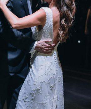 Vestido de novia completamente bordado con espalda abierta en v