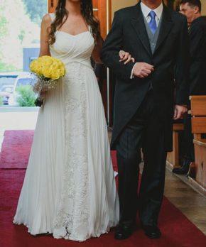 Vestido usado de novia con corte en la cintura y caida de gasa plisada con encaje