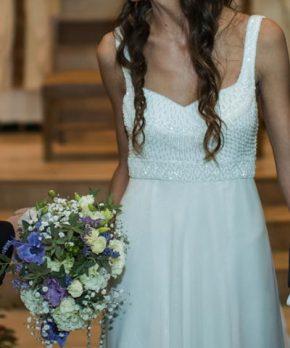 Vestido usado de novia con pedrería bordado a mano