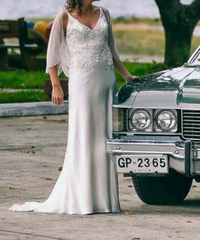 Novia con vestido usado sin cortes con aplicaciones de encaje