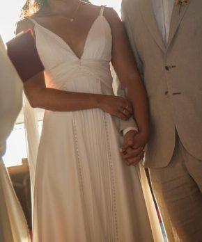 Novia con vestido usado de escote en v y detalles de pedrería bordada