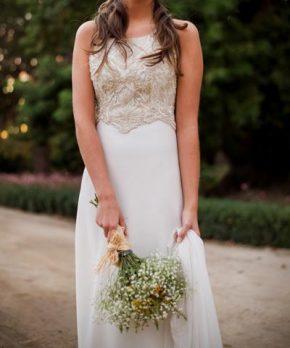 Vestido usado de novia bordado a mano con corte en la cintura