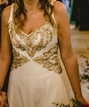 Vestido usado de novia bordado a mano en tonos dorados por Francisca Larraín