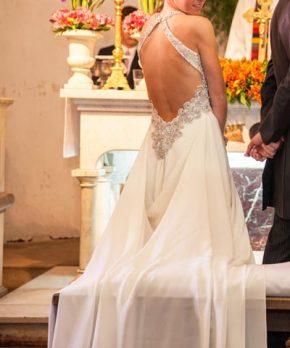 Vestido de novia con espalda abierta hecho por Sofía Larraín