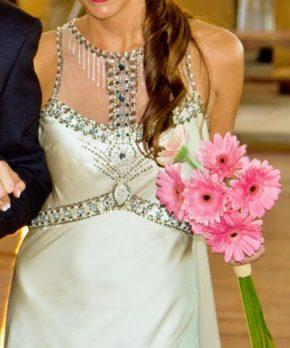 Vestido de novia de seda bordado a mano por Francisca Larrain