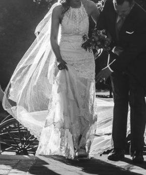 Vestido de novia estilo boho de tu de seda bordado marca Yolan Cris