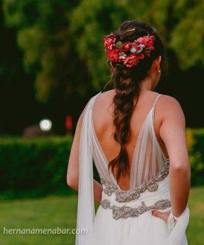 Vestido de novia estilo hippie chic con pedreria plateada hecho por Macarena Cortés