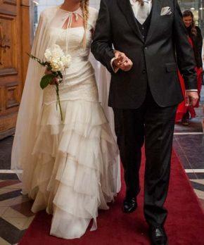 Vestido de novia Monique Lhuillier con vuelos y capa
