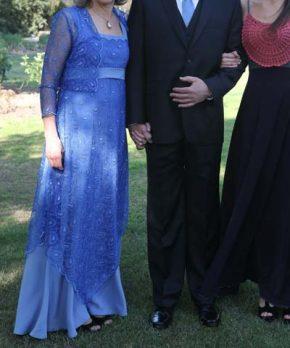 Vestido de madrina confeccionado en tul color azulino con corte en la cintura
