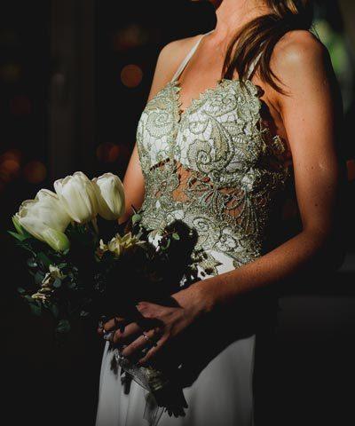 Vestido de novia de macramé dorado con transparencias marca Makia