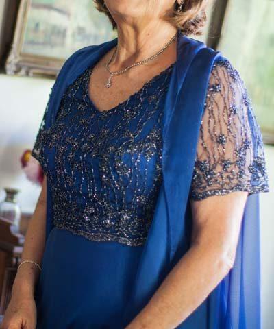 Vestido de madrina azul con top bordado en pedrería y mangas