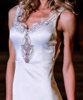 Vestido de novia con aplicaciones bordadas inspirado en Anna Campbell