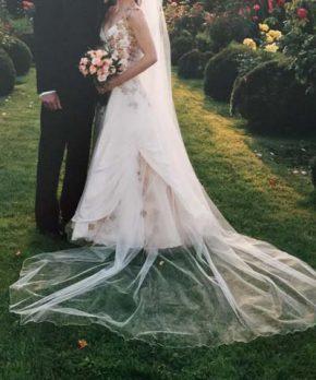 Vestido de novia de seda con aplicaciones de bordados dorados