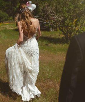 Vestido de novia ajustado con cristales de Swarovski y encaje