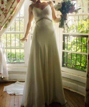Vestido Cautiva Novias de seda con aplicaciones de pedrería y encaje