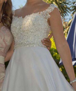Vestido de novia con bordados a mano y transparencias