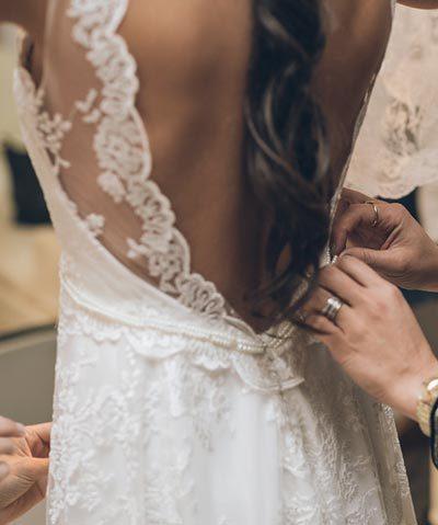 Vestido de novia de encaje hecho por CV Novias