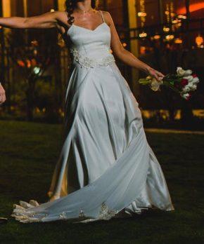 Vestido Oui novias de crepe de seda con encaje laminado en oro