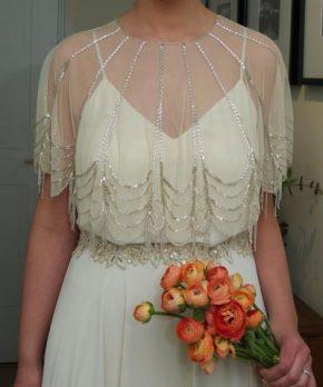 Vestido de novia con capita desmontable que se vende aparte