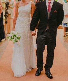 Vestido de novia con corte asimétrico y pedrería bordada