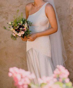 Vestido de novia asimétrico de raso marca AE Novias