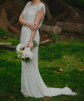 Vestido de novia Jenny Packham con pedrería y corte en la cintura
