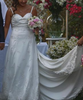 Vestido de novia de tul bordado por Carolina Anich