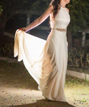 Vestido Francisca Larrain Novias con escote halter y pedrería
