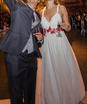 Vestido de novia con flores rojas bordadas