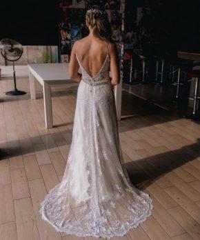 Vestido de novia de encaje, con transparencias y pedrería