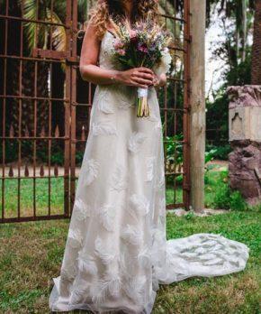 Vestido de novia Francisca Tornero con tela de plumas