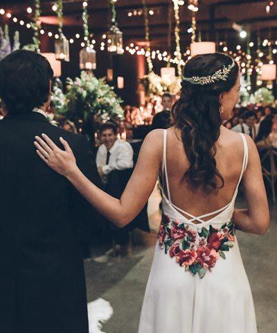 vestido de novia con flores bordadas a mano por ignacia jullian