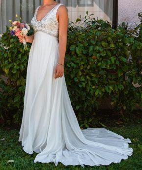 Vestido de gasa con pedrería en el top marca ProNovias