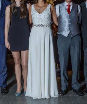 Vestido de novia con pedrería bordada a mano